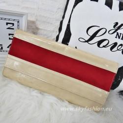 Lakierowana  torebka kopertówka, nude z dodatkiem czerwieni