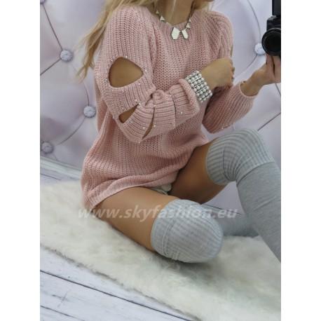 Różowy sweter z wycięciami i perłami na ramionach