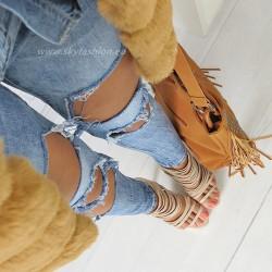 Spodnie dżinsy z dziurami i kabaretkami